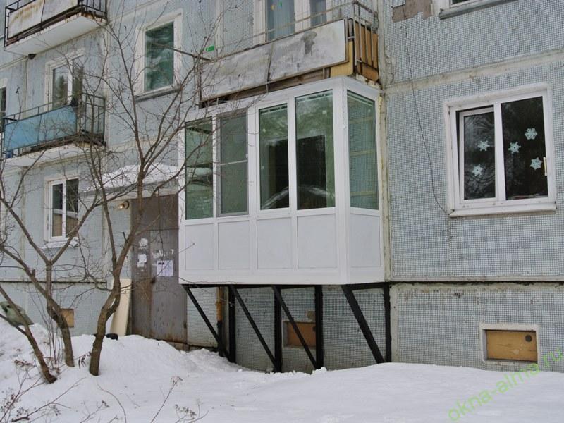 Пристройка балкона на первом этаже. цена от 180.000 руб..