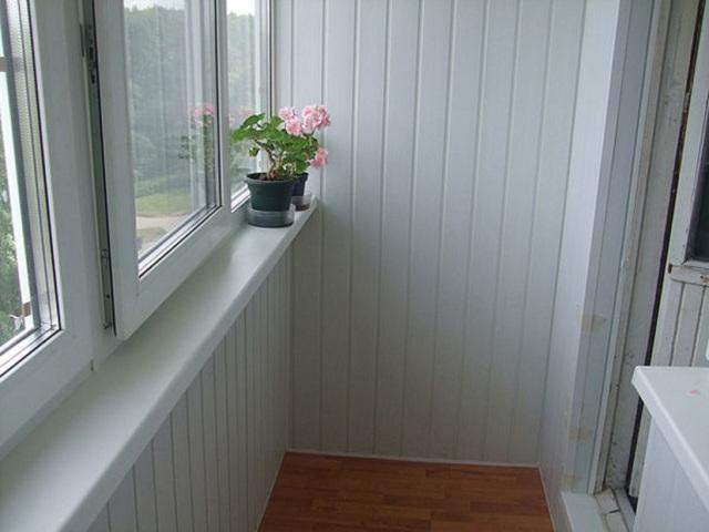 Отделка и ремонт балкона в хрущевке. цена от 13000 руб..